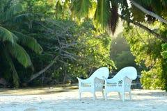 Пустые стулья на тропическом пляже Стоковые Фото