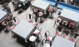 Пустые таблицы в кафе улицы рестораны бистро бара тонизировали фото - изображение стоковые изображения