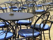 Пустые таблицы и стулья на внешнем кафе Стоковое Фото
