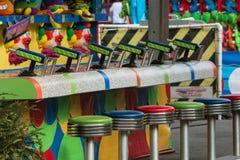 Пустые табуретки и Squirt оружи на игре окружной ярмарки Стоковые Фото