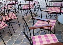 Пустые таблицы и стулья металла в кафе и ресторане на улице Стоковая Фотография