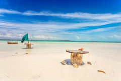 Пустые таблицы на пляже Стоковое Фото
