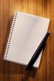 Пустые тетрадь и карандаш на столе Стоковые Изображения