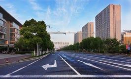 Пустые улицы города в утре стоковое фото rf