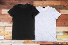 Пустые футболки на деревянной поверхности стоковое изображение rf