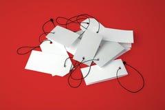 Пустые ценники на красной предпосылке Стоковое Фото