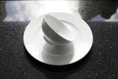 Пустые шары, плиты и чашки на серой предпосылке Стоковые Фото