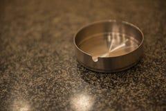 Пустые ashtrays очищают металл на таблице Стоковые Фото