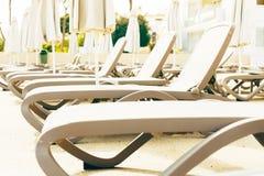 Пустые loungers солнца бассейном на солнечный весенний день Стоковое Фото