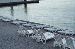 Пустые loungers солнца морем рано утром, затишье, восход солнца Стоковое Изображение