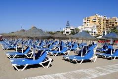 Пустые loungers солнца на пляже Cabopino Стоковое фото RF