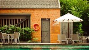 Пустые loungers poolside с зонтиками стоковые изображения