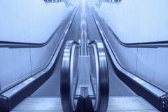Пустые moving лестницы эскалатора Стоковые Фотографии RF