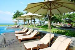 Пустые sunbeds бассейном курорта Стоковые Изображения RF