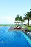 Пустые sunbeds бассейном курорта Стоковое Изображение RF