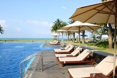 Пустые sunbeds бассейном курорта Стоковое Фото