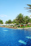 Пустые sunbeds бассейном курорта Стоковые Фотографии RF
