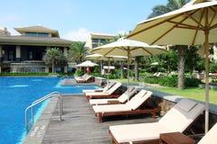 Пустые sunbeds бассейном курорта Стоковые Изображения