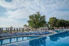 Пустые sunbeds на бассейне в гостинице Стоковое Изображение