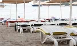 Пустые sunbeds на песчаном пляже Стоковые Фотографии RF