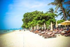 Пустые sunbeds на тропическом пляже рая Стоковая Фотография RF