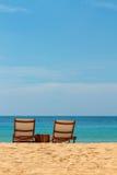 Пустые sunbeds на шикарном песчаном пляже Стоковое Изображение