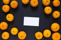Пустые tangerines визитной карточки и апельсина на черной предпосылке Стоковое Фото
