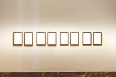 Пустым изолированное музеем изобразительных искусств крася украшение рамки внутри помещения огораживает Стоковая Фотография