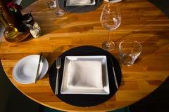 пустым таблица служят рестораном, котор Стоковое Фото