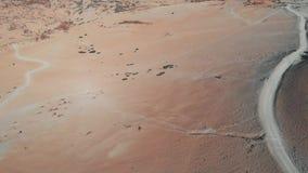 Пустыня в горах, высота больше чем 2000 метров, песок и горы Камера двигает вверх, взгляд от сток-видео