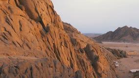 Пустыня в Египте Панорамный вид пустыни с горами и утесами в Египте сток-видео
