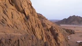 Пустыня в Египте Панорамный вид пустыни с горами и утесами в Египте акции видеоматериалы