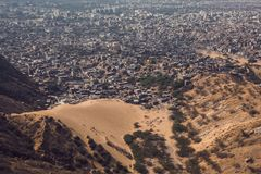 Пустыня ест город стоковая фотография