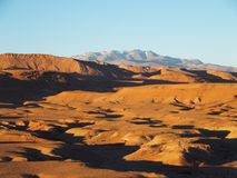 Пустыня и высокий ландшафт ряда ГОР АТЛАСА в центральном Марокко стоковые изображения