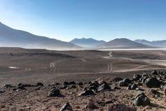Пустыня и горы со множественными грязными улицами в плато Alitplano, Боливией стоковое изображение