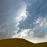 Пустыня и пасмурное небо Стоковая Фотография RF
