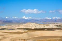 Пустыня перед теми известными пиками Стоковые Изображения RF