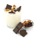 Пустыня югурта с шоколадом, миндалинами и изюминками Стоковые Изображения RF