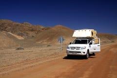 ПУСТЫНЯ ATACAMA, ЧИЛИ - 19-ОЕ ДЕКАБРЯ 2011: camperlost 4 колес в бесконечном неурожайном ландшафте стоковые изображения rf