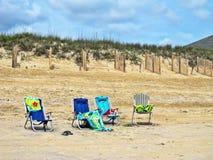 4 пустых алюминиевых стуль складчатости на пляже Стоковое Изображение RF