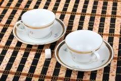 2 пустых белых чашки фарфора на таблице Стоковые Изображения