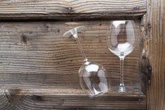 2 пустых бокала на деревянной поверхности Стоковые Фотографии RF