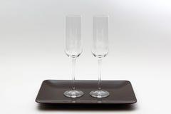 2 пустых бокала на коричневой плите на светлой предпосылке Стоковые Изображения RF