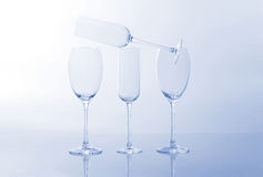 4 пустых бокала на свете - голубая предпосылка Стоковое Фото
