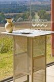4 пустых бокала на таблице под солнцем Стоковые Фотографии RF