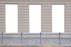 3 пустых вертикальных модель-макета светлых коробок на стене здания улица осени Вид спереди Стоковое Изображение