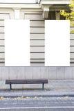 2 пустых вертикальных модель-макета светлых коробок на стене здания улица осени Вид спереди Стоковое Изображение RF