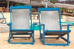 2 пустых голубых deckchairs на пляже. Стоковые Фото