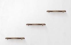 3 пустых деревянных полки на стене Стоковое Фото