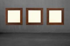 3 пустых деревянных рамки на бетонной стене Стоковые Фотографии RF